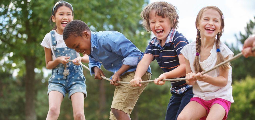 """Imagem com crianças brincando ilustra post """"Aprenda brincadeiras divertidas"""", do blog da Morar"""