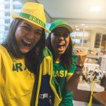"""Meninas brasileiras torcem para a Seleção em varanda de condomínio. Foto ilustrativa para post """"Como arrumar a casa para receber os amigos na Copa"""", do blog da Morar Construtora"""