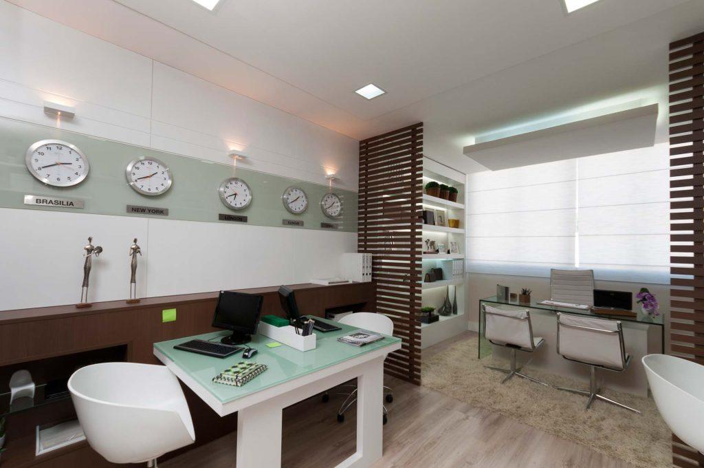 Sala decorada do Essencial Escritórios, em Colina de Laranjeiras, na Serra, ilustra post sobre como escolher uma boa sala comercial, do blog da Morar Construtora