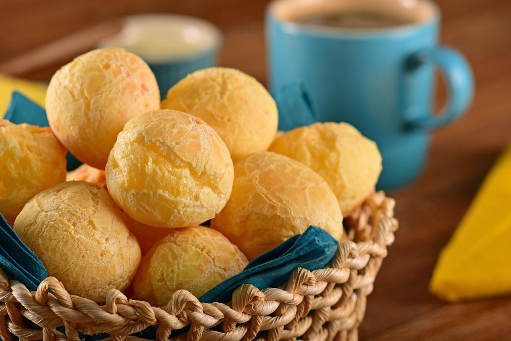 Imagem de pão de queijo ilustra post sobre como aproveitar melhor a varanda gourmet do Veredas Buritis e do Mirador Camburi, da Morar Construtora